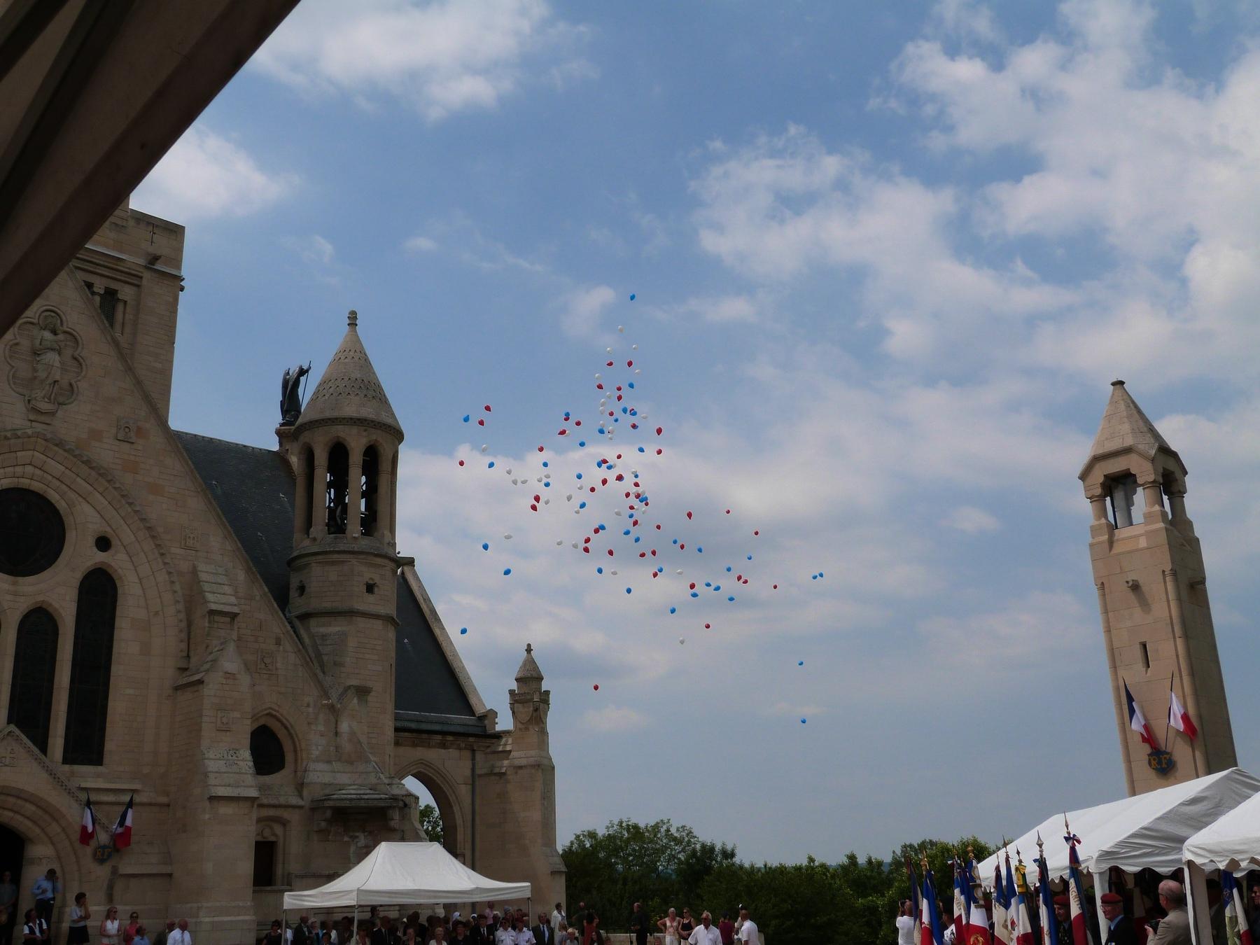 Envol de ballons aux couleurs de la France : 8 juillet 2018 Mémorial de Dormans