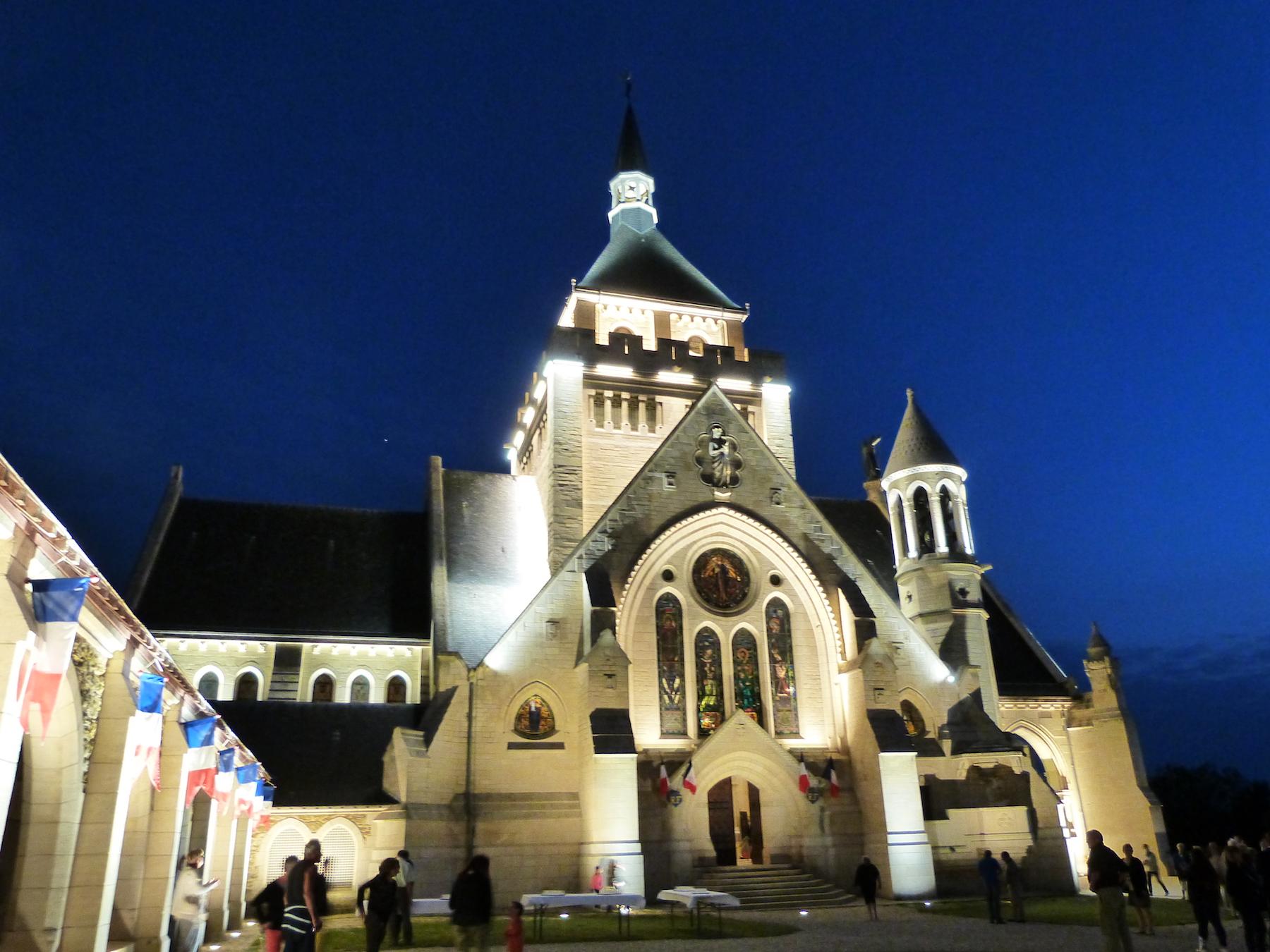 La façade Est du Mémorial de Dormans avec son nouvel éclairage