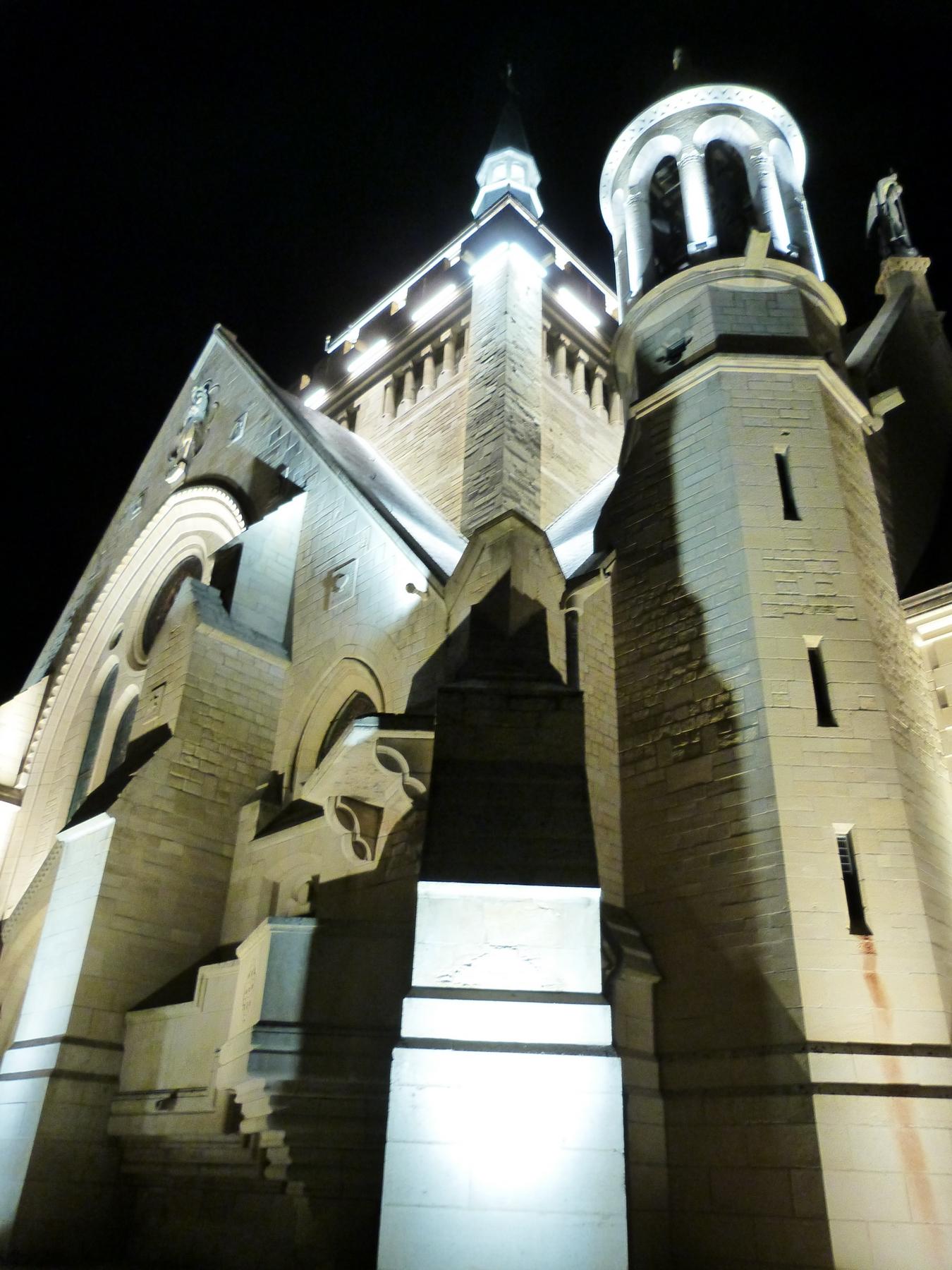 L'architecture du Mémorial de Dormans avec son nouvel éclairage