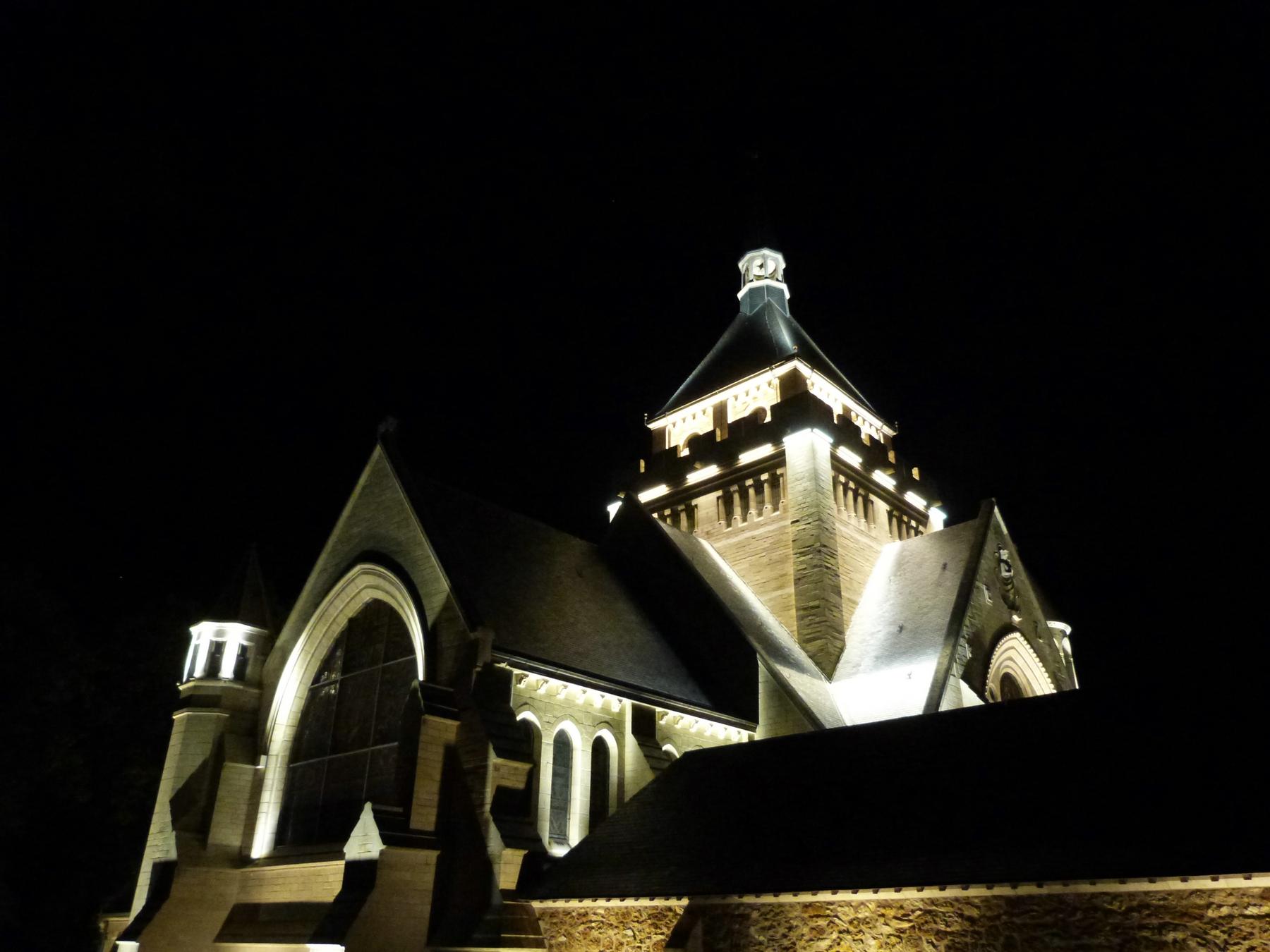Le chevet du Mémorial de Dormans avec le nouvel éclairage