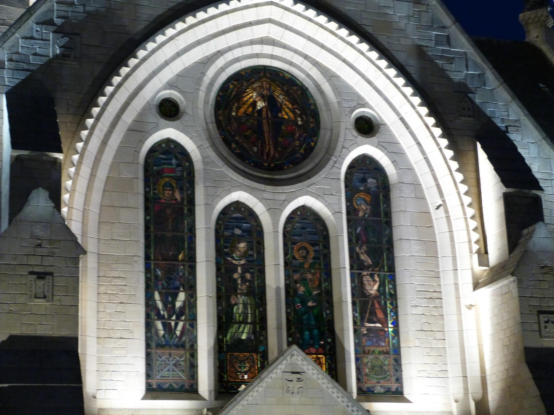 Les vitraux de la façade Est du Mémorial de Dormans avec le nouvel éclairage
