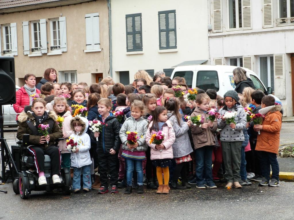les enfants des écoles à la cérémonie au monument aux morts de Dormans 11 nov 2018