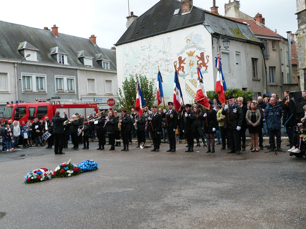 les porte-drapeau et la musique municipale à la cérémonie au monument aux morts de Dormans 11 nov 2018