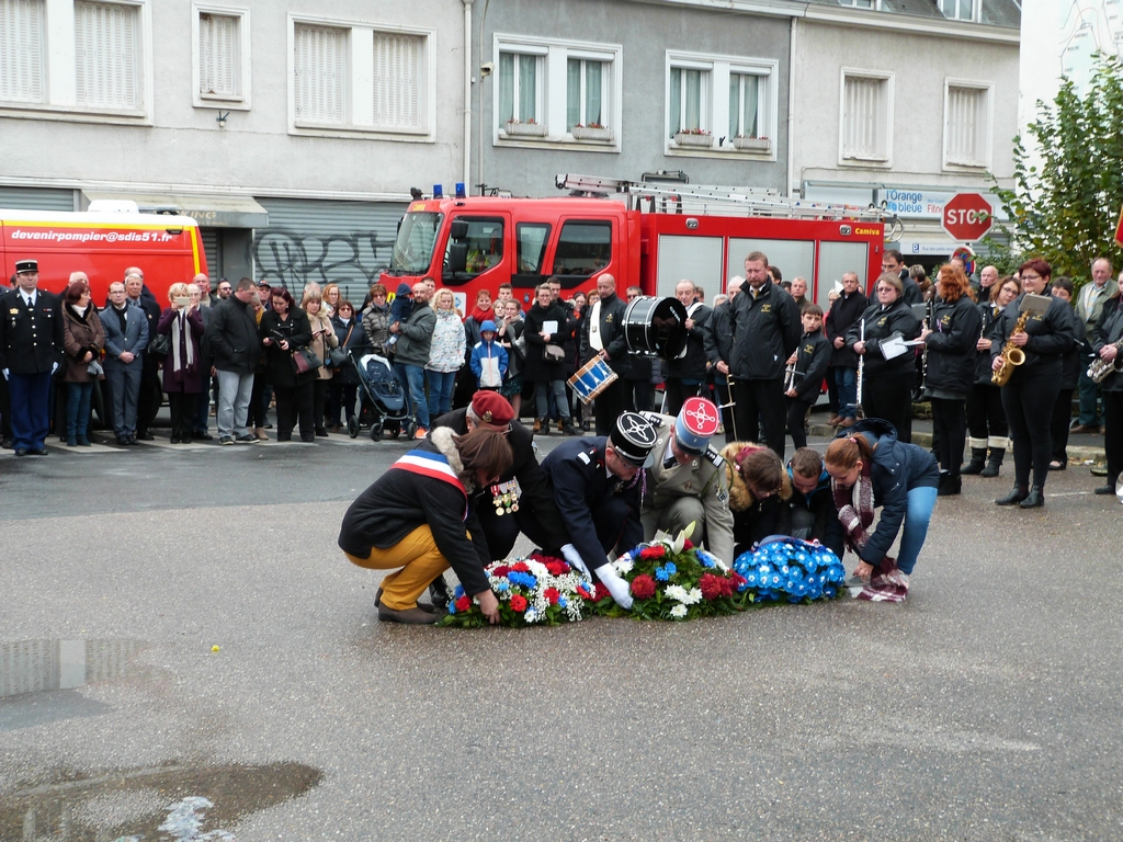 dépôt de gerbes au monument aux morts de Dormans 11 nov 2018