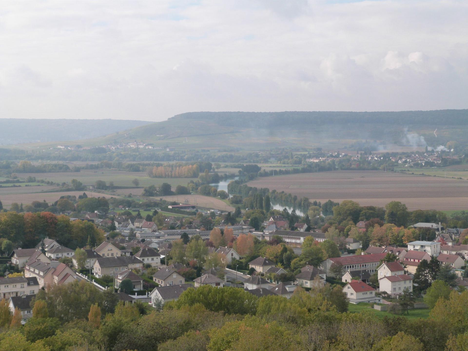 Le Mémorial de Dormans domine la vallée de La Marne