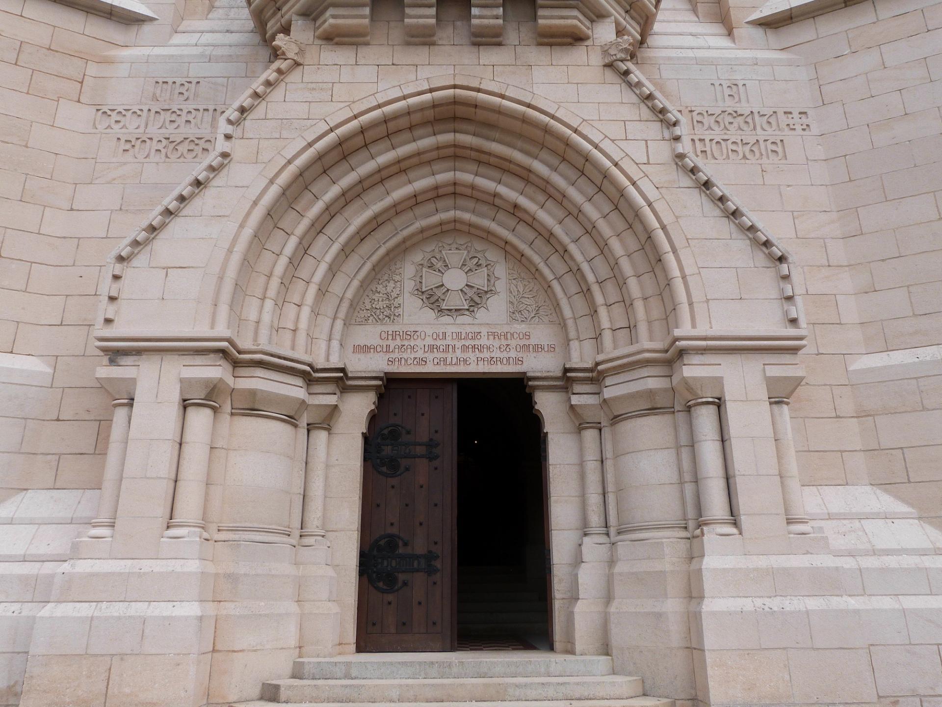 Le portail de la crypte du Mémorial de Dormans