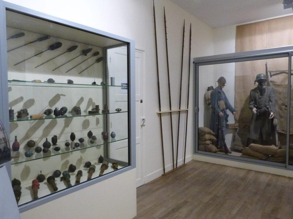 un aperçu des vitrines du musée du Mémorial de Dormans