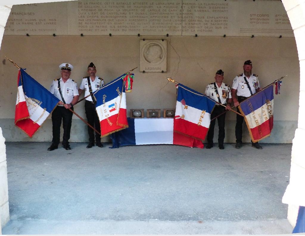 les 4 porte drapeau