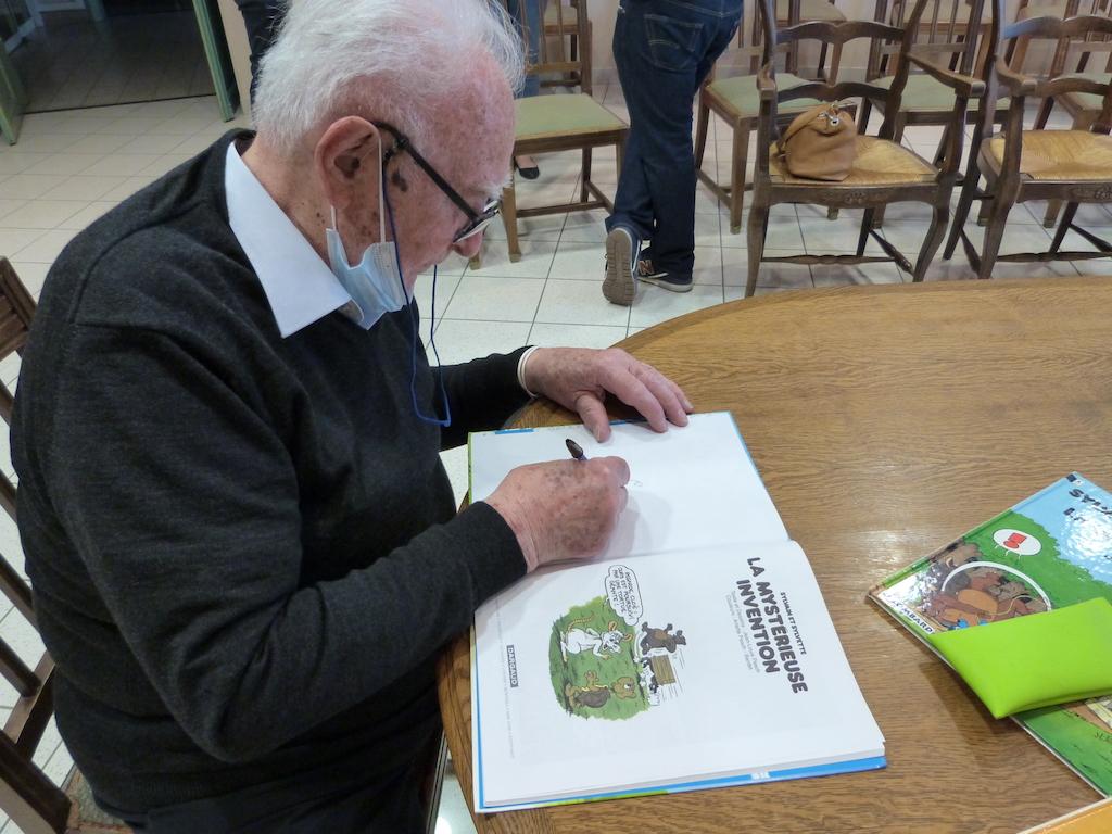 Jean-Louis Pesch faisant une dédicace en quelques coups de crayons